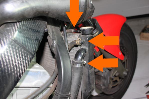 Colliers de fixation des tuyaux au radiateur côté droit